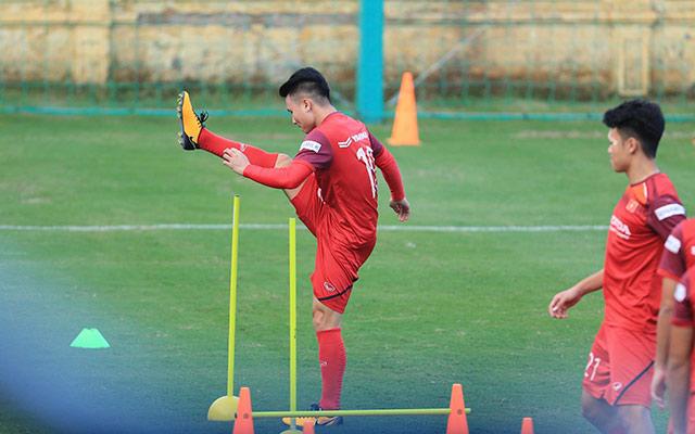Sau một ngày nghỉ xả hơi, chiều ngày 4/11, ĐT Việt Nam đã quay trở lại tập luyện để chuẩn bị cho 2 trận đấu với UAE và Thái Lan ở vòng loại thứ 2 bảng G - World Cup 2022. Do quân số gần đông đủ nên kể từ buổi tập này, thầy Park cho toàn đội bước vào tập chiến thuật