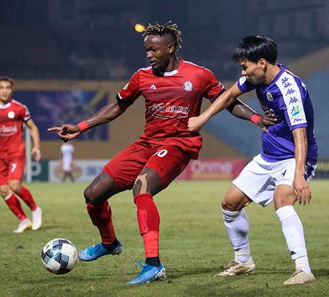 Masary (áo đỏ) chơi khá tốt nhưng không được CLB TP.HCM tái ký hợp đồng