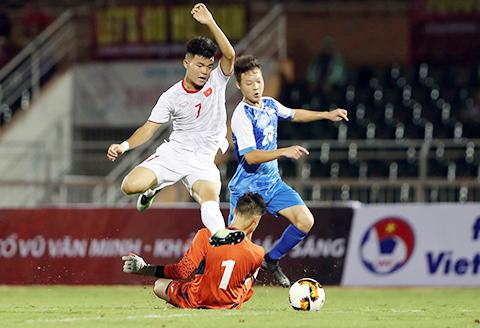 U19 Việt Nam (áo trắng) đã có một hiệp 1 không thành công. Ảnh: Quốc An