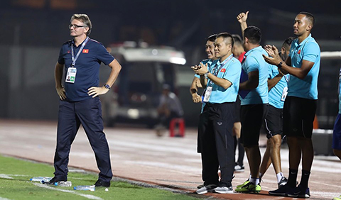 Sang hiệp 2, BHL U19 Việt Nam mới được nở nụ cười. Ảnh: Quốc An