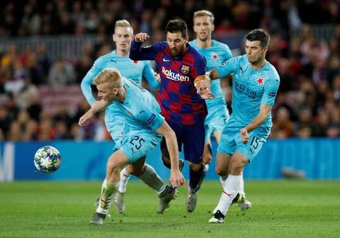 Messi một mình tả xung hữu đội trước Slavia