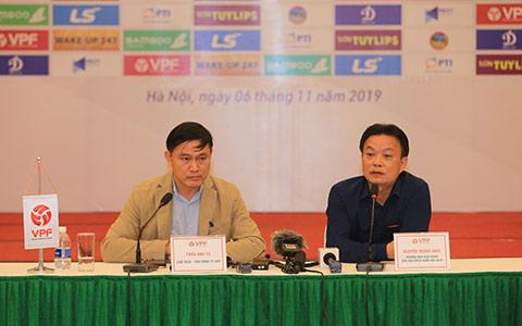 Chủ tịch HĐQT, TGĐ VPF Trần Anh Tú chia sẻ trong buổi gặp mặt truyền thông sau Hội nghị tổng kết mùa giải 2019 - Ảnh: Đức Cường