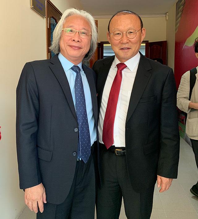 Ông Nguyễn Văn Phú, Tổng biên tập báo Bóng đá chúc mừng HLV Park Hang Seo trong ngày gia hạn hợp đồng với VFF