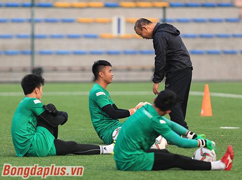 HLV Park Hang Seo hỏi thăm các thủ môn U22 Việt Nam - Ảnh: Đức Cường