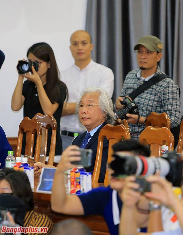 Các ủy viên BCH VFF, lãnh đạo báo Bóng đá, Trung tâm đào tạo bóng đá trẻ Việt Nam chứng kiến một ngày trọng đại đối với ĐTQG Việt Nam.