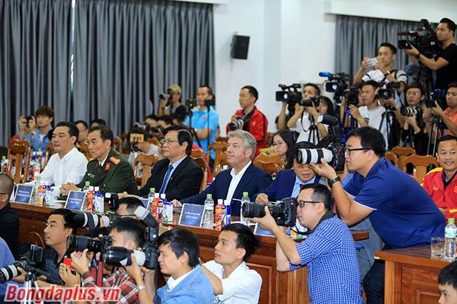 Tất cả đều tin tưởng vào tài lèo lái vốn đã được khẳng định của HLV Park Hang Seo.