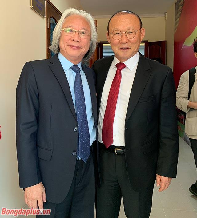 Tổng biên tập báo Bóng đá - ông Nguyễn Văn Phú chúc mừng HLV Park Hang Seo.