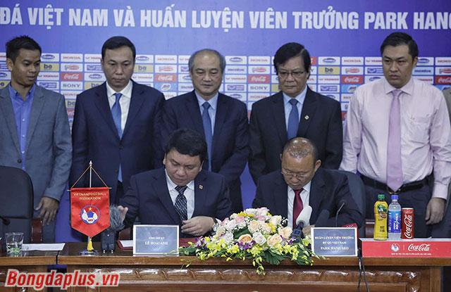 Sáng 7/11, trước sự chứng kiến của lãnh đạo Tổng cục Thể dục Thể thao, VFF và giới truyền thông, HLV Park Hang Seo đã ký vào bản hợp đồng gia hạn 3 năm với VFF.