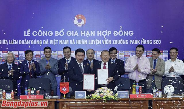 Sau ông Henrique Calisto, ông Park Hang Seo trở thành HLV ĐTQG nam thứ 2 của Việt Nam được VFF gia hạn hợp đồng. Tổng thời hạn hợp đồng ký kết của ông Park là 5 năm, giống như ông Calisto.
