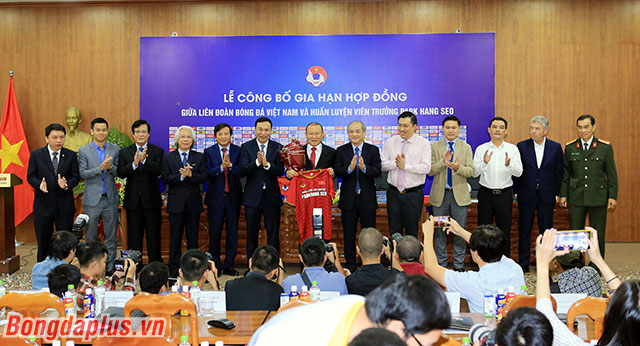 Mức lương của HLV Park Hang Seo không được VFF tiết lộ, nhưng khoảng 600.000-700.000 USD/năm.