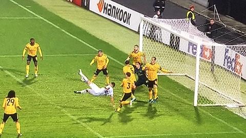CĐV suy sụp khi 8 người Arsenal để 1 cầu thủ đối phương ghi bàn