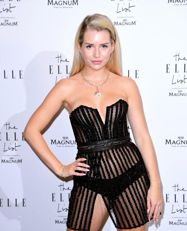 Nhưng cuối cùng, Lottie cũng đang từng bước tạo dựng được chỗ đứng.Hồi tháng 6/2019, cô khiến tất cả phải ngạc nhiên khitáo bạo khoe da thịt trong thiết kế xuyên thấu tại buổi tiệc của tạp chí thời trang Elle ở London
