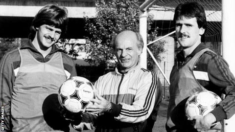 Falko Goetz (bìa trái) và người bạn Schlegel trốn sang Tây Đức  vào năm 1983