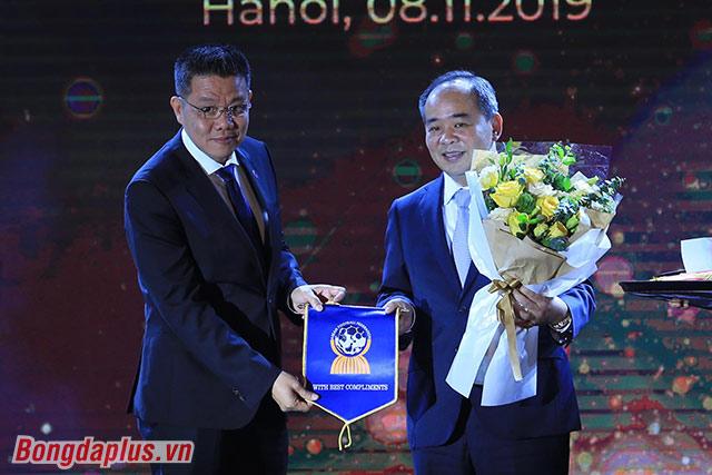 Chủ tịch AFF trao cờ lưu niệm cho Chủ tịch VFF - Ảnh: Đức Cường