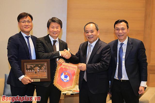 Hai chủ tịch LĐBĐ Việt Nam và Hàn Quốc gặp nhau ở AFF Awards 2019 - Ảnh: Đức Cường