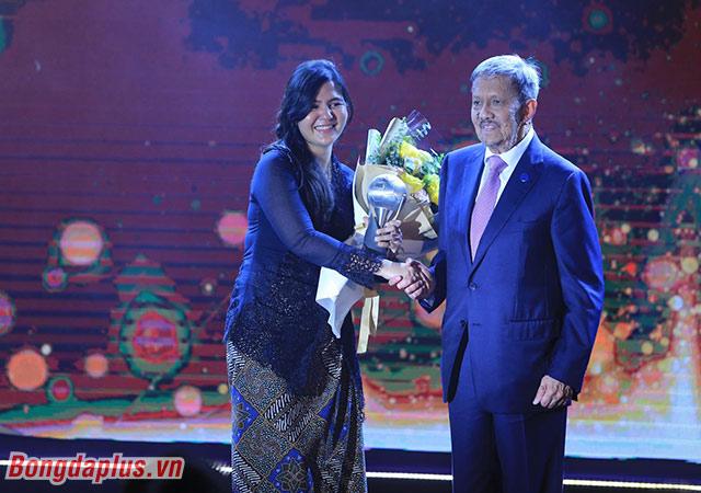 ĐT nữ Thái Lan nhận giải - Ảnh: Đức Cường