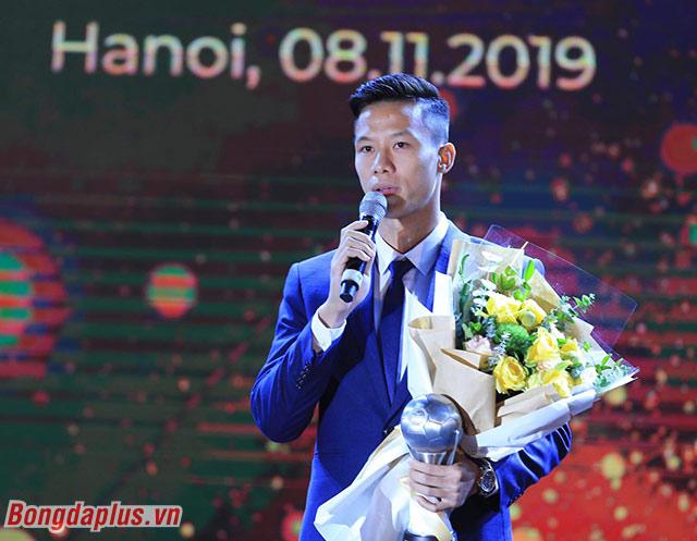 Trung vệ Quế Ngọc Hải đại diện ĐT Việt Nam cảm ơn NHM - Ảnh: Đức Cường