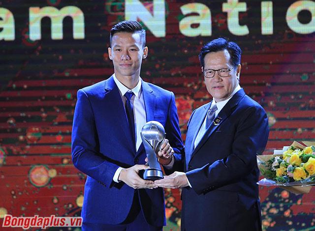 Quế Ngọc Hải đại diện ĐT Việt Nam nhận giải - Ảnh: Đức Cường