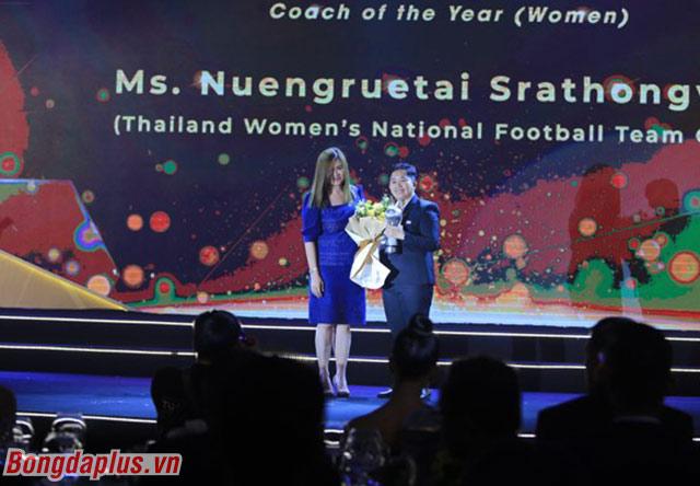 HLV nữ Thái Lan được vinh danh - Ảnh: Đức Cường