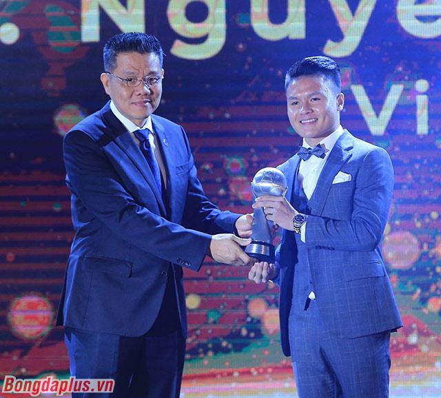 Quang Hải nhận giải Cầu thủ xuất sắc nhất - Ảnh: Đức Cường