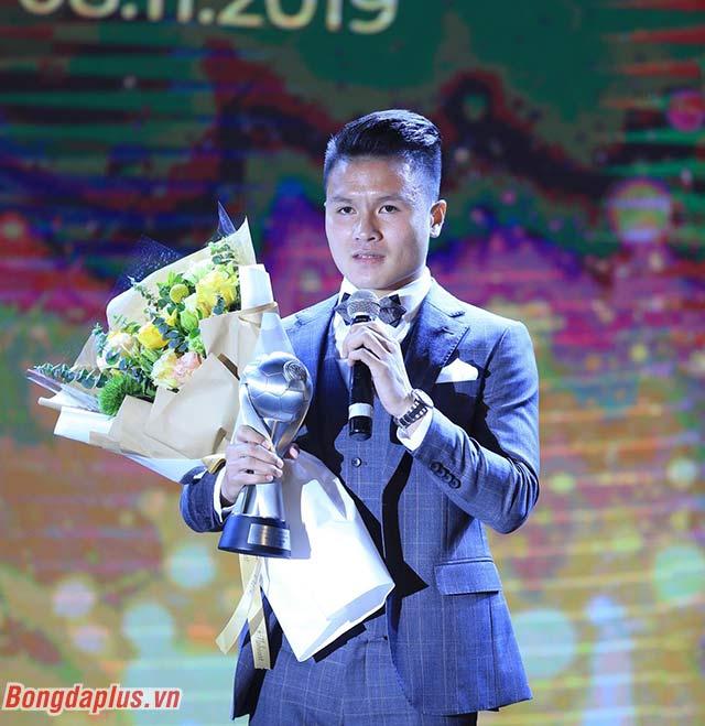 Quang Hải gửi lời cảm ơn đến người hâm mộ - Ảnh: Đức Cường