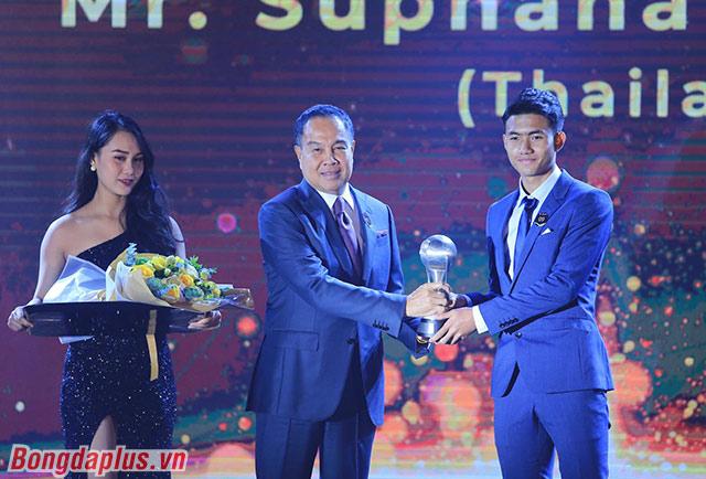 Suphanat nhận giải Cầu thủ trẻ xuất sắc nhất - Ảnh: Đức Cường