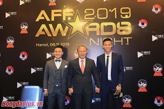 HLV Park Hang Seo cùng 2 cầu thủ chụp ảnh trước khi vào dự gala - Ảnh: Đức Cường