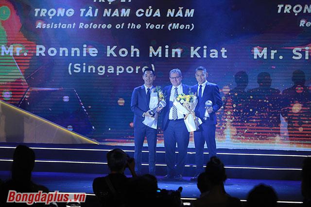 Trọng tài Thái Lan được vinh danh - Ảnh: Đức Cường