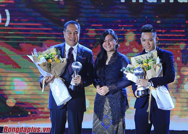 Văn Vũ nhận giải Cầu thủ futsal của năm - Ảnh: Đức Cường