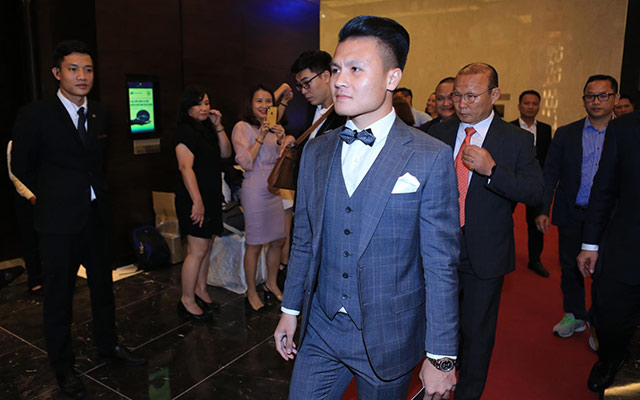 Quang Hải cùng 2 đồng đội Ngọc Hải, Đặng Văn Lâm và HLV Park Hang Seo bảnh bao đến dự lễ trao giải AFF Awards tối ngày 8/11 tại khách sạn Marriot Hà Nội.