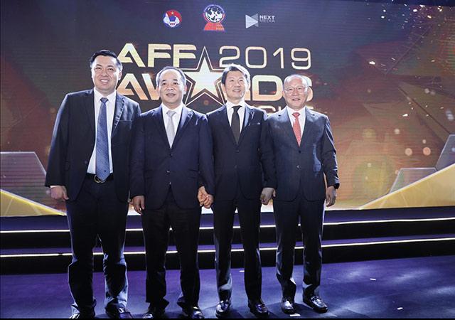 Ông thầy 60 tuổi cũng không quên tri ân Thứ trưởng Bộ VH-TT&DL, Chủ tịch VFF Lê Khánh Hải, Phó chủ tịch VFF Cao Văn Chóng và Chủ tịch LĐBĐ Hàn Quốc trong lễ vinh danh.