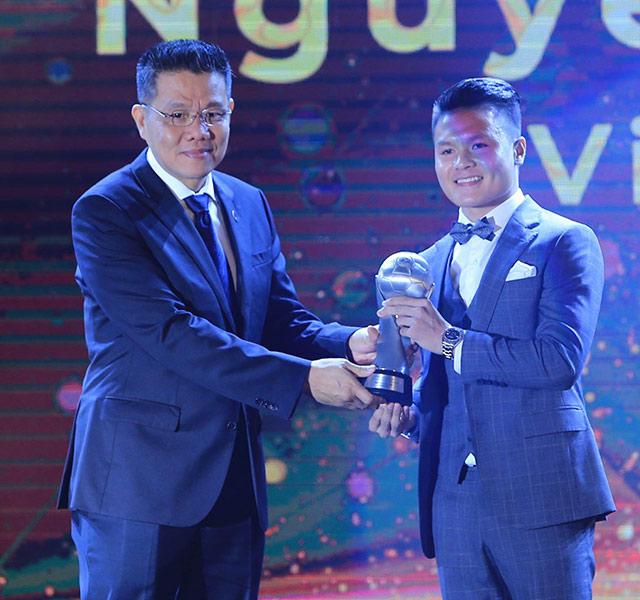 Đúng như dự đoán, Quang Hải đã vượt qua Chanathip Songkrasin trở thành cầu thủ xuất sắc nhất năm của AFF Awards.