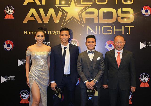 Hoa hậu Trần Tiểu Vy cũng có mặt ở sự kiện. Cô tỏ ra thoải mái khi tươi cười chụp ảnh với thầy Park cùng Quang Hải và Ngọc Hải.