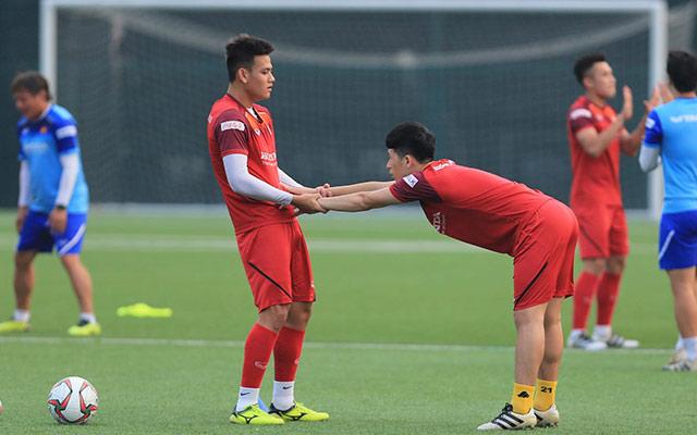 Chiều ngày 7/11, ĐT U22 Việt Nam trở lại sân tập sau buổi thi đấu nội bộ với ĐTQG. Đáng chú ý trong buổi tập này, Đình Trọng cũng xỏ giày vào sân tập luyện cùng toàn đội