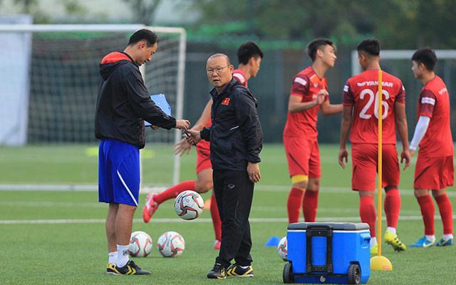 Dù bận bịu với ĐTQG chuẩn bị hướng đến trận đấu với UAE và Thái Lan, nhưng thầy Park cũng không quên dành sự quan tâm cho U22 Việt Nam. Ông thầy 60 tuổi có những trao đổi riêng với trợ lý Kim Han Yoon