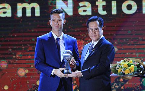 Quế Ngọc Hải thay mặt các đồng đội lên nhận giải thưởng Đội tuyển của năm tại AFF Awards 2019 - Ảnh: Đức Cường