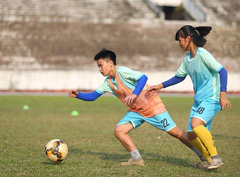 Cầu thủ nữ Thái Nguyên phải đi làm thêm để có thêm thu nhập - Ảnh: S.N