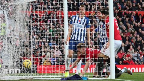 """McTominay của M.U đã """"kiến tạo"""" cho Propper bên phía Brighton đưa bóng về lưới nhà"""