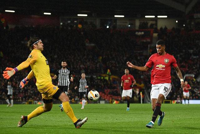 Tính trong tuần này, Rashford dù ghi trung bình 1 bàn/trận nhưng cũngbỏ lỡ trung bình 3 cơ hội ngon ăn/trận. Trước đó, anh cũng khiến các fan