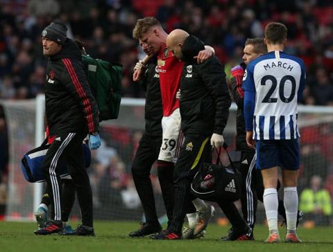 McTominay cần tới sự trợ giúp của đội ngũ y tế để rời sân