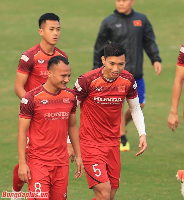 Bộ đôi cầu thủ chạy cánh của Việt Nam là Trọng Hoàng (phải) và Văn Hậu (trái) trao đổi trong tập luyện