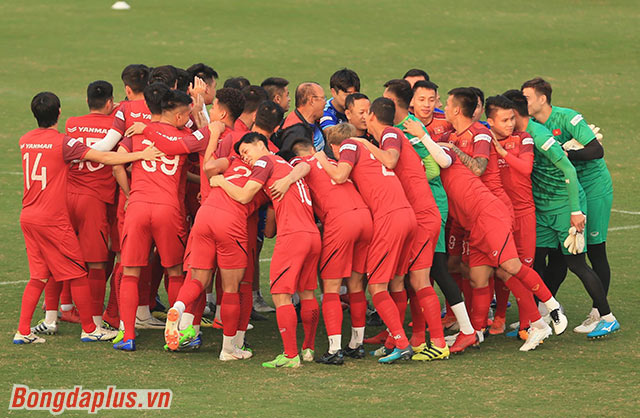 Tất cả cầu thủ của đội tuyển Việt Nam chung tay quyết tâm tập trung và giành chiến thắng trước UAE