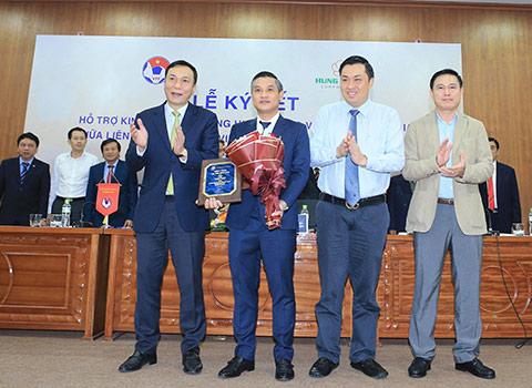 VFF ra mắt nhà tài trợ hỗ trợ chi trả các chi phí cho HLV Park Hang Seo và chuyên gia trong 3 năm tới - Ảnh: Đức Cường