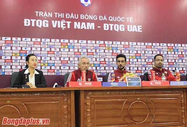 HLV UAE ấn tượng lối chơi của Việt Nam - Ảnh: Phan Tùng