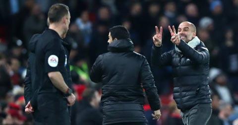 HLV Pep Guardiola đã tỏ ra vô cùng bức xúc vì những tình huống tranh cãi của VAR ở trận đấu với Liverpool
