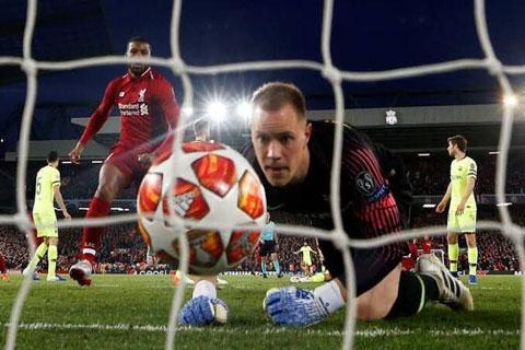Ter Stegen là một trong những thủ môn cay đắng nhất ở Anfield khi phải vào lưới nhặt bóng tới 4 lần