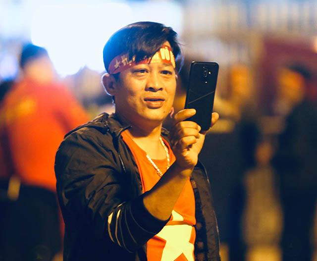 Một CĐV của ĐT Việt Nam tiến đến sân. Ảnh: Trí Công
