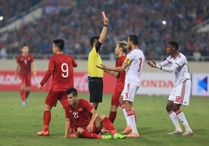 Chiếc thẻ đỏ được xem là bước ngoặc của trận đấu. Ảnh: Đức Cường