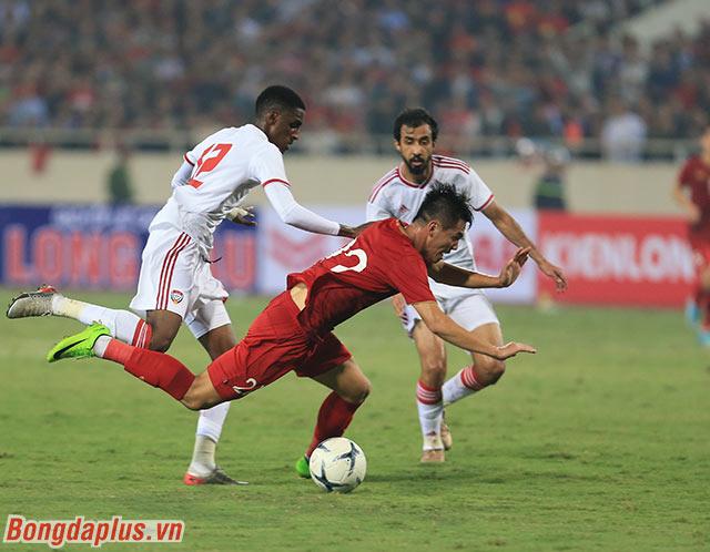 Phút 38 trận đấu giữa Việt Nam và UAE, Tiến Linh khiến cầu thủ số 12 của UAE là Khalifa Mubarak phạm lỗi trước vòng cấm