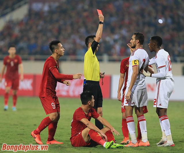 Ông rút thẻ đỏ với UAE. Đội bóng Tây Á chỉ còn chơi với 10 người sau tình huống phạm lỗi với Tiến Linh